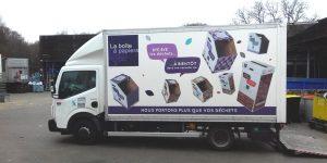 Camion blanc avec visuels de la boîte à papiers